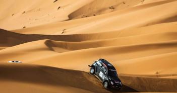 La Mini del vincitore tra le dune del deserto.