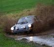 La Porsche 911 in uno dei difficili momenti di gara.