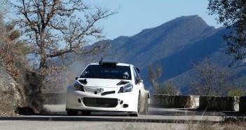 La Toyota Yaris WRC durante i primi test del 2015 sulle strade del Montecarlo.