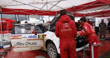 I tecnici di Citroen Racing intervengono sul motore di una DS3 R3T in Corsica.