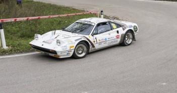 """""""Lucky"""" in azione con la Ferrari 308 GTB sulle strade del Valsugana."""