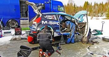 M-Sport al lavoro nel pre gara con Ostberg.