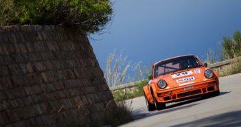 La Porsche del vincitore scala la strada del santuario.