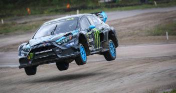La Ford Focus di Bakkerd vola sul ring di Holjes.