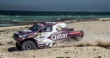 L'Hilux di Al Attiyah sulle dune delle spiagge del Qatar.
