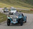 Il vincitore guida un serpentone sui passi delle Dolomiti.