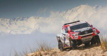 La Toyota di Ten Brinke con alle spalle la cordigliera Argentina