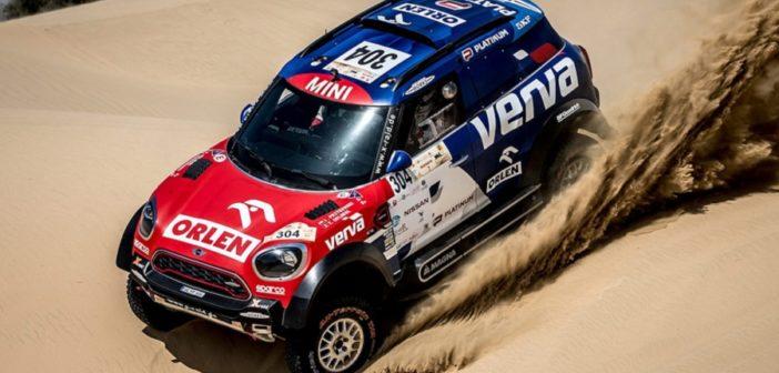 La Mini di Przygonsky tra le dune del deserto di Al Qudra.