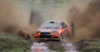 La Mitsubishi del vincitore Carl Tundo in un impegnativo tratto inondato.