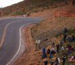La Volkswagen impegnata nella scalata dei tornanti della Pikes Peak.