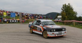La BMW M3 del vincitore reglando traversi al pubblico.