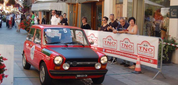 La A112 del vincitore festeggia sulle strade di Aosta.