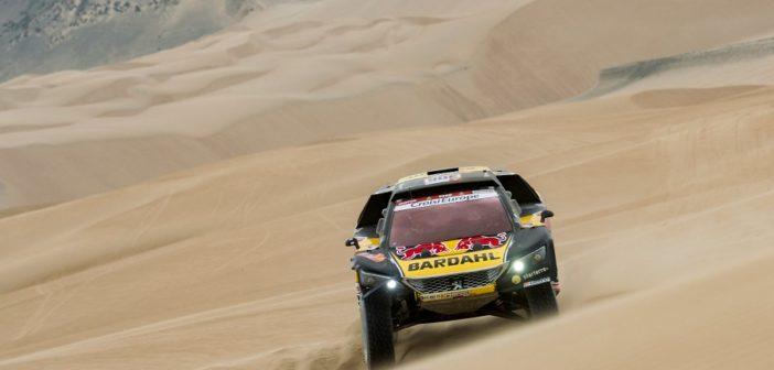 La Peugeot 3008 DKR di Loeb cavalca le dune del Perù.
