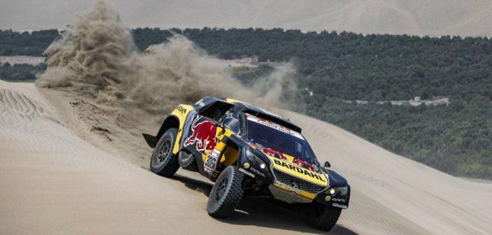 La Peugeot 3008 DKR di Loeb continua a volare sulle dune del Perù.