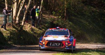 La Hyundai i20 di Loeb sulle strade di Corsica.