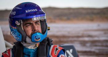Il campione del mondo fi F1 nei test sulla sabbia d'Arabia.