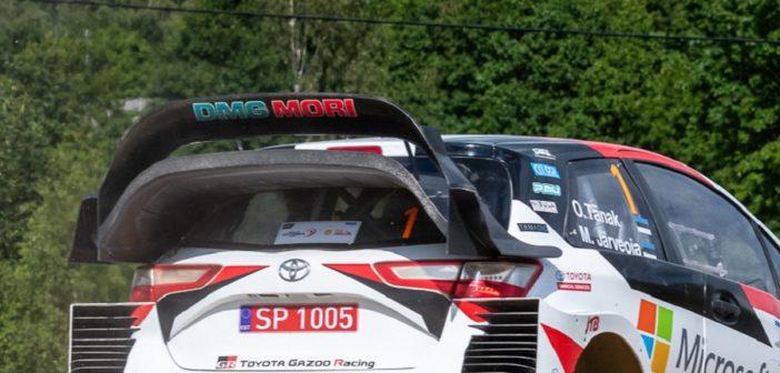 L'ala posteriore della Yaris WRC sotto osservazione.