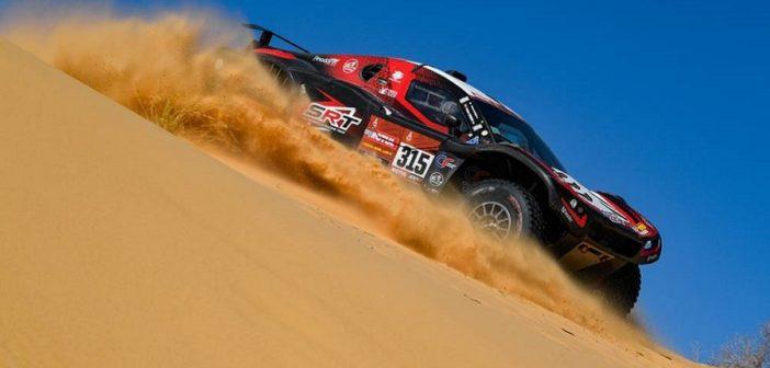 Il buggy di Serradotri galleggia tra le dune Arabe.