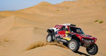 La Mini di Carlos cavalca la sabbia delle dune.