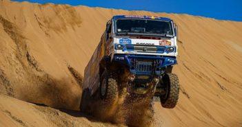 Il vincitore tra i mezzi pesanti alle prese con la sabbia delle dune.