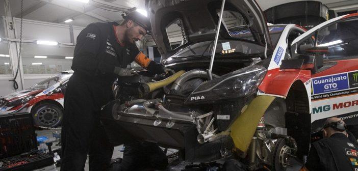 I meccanici Toyota all'opera sul motore della Yaris WRC+