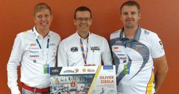 Il timoniere del WRC Promoter in mezzo agli organizzatori dell'Estonia.