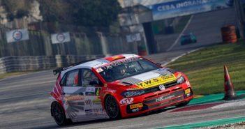 La Vw di Crugnola impegnata sul circuito di Monza.
