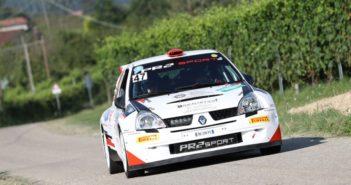 La Clio S1600 di Vescovi protagonista di uno degli scontri più accesi della gara Albese.