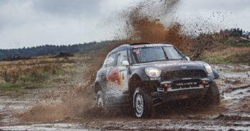 Peterhansel con la sua Mini in uno dei fangosi passaggi proposti dalla gara Polacca.