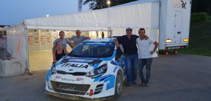Il team di Galli festeggia a fine gara il vincitore Cobbe