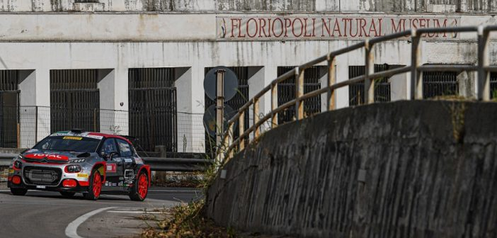 La Citroen C3 del vincitore con alle spalle uno dei pezzi di storia del Targa Florio